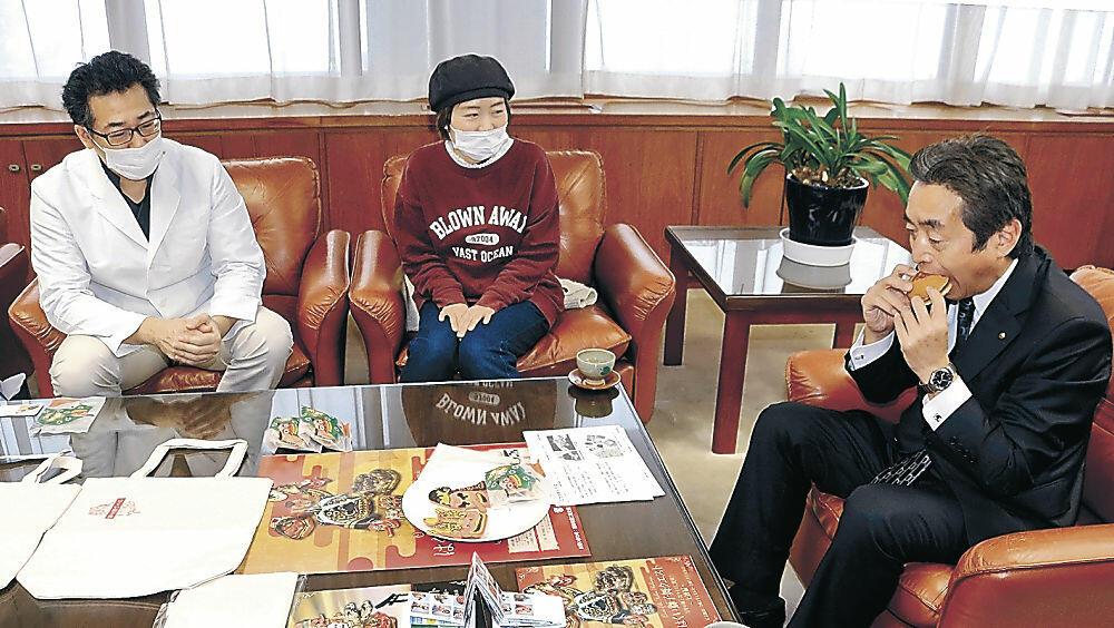 新作菓子を試食する岸市長(右)=羽咋市役所