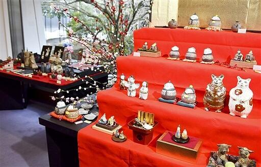越前焼作家らによる個性的なひな人形が並ぶ展示=2月10日、福井県越前町の県陶芸館