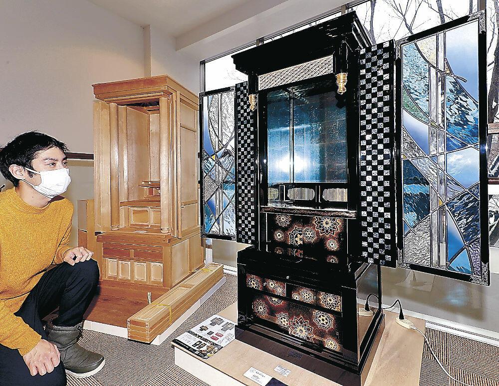 ステンドグラスを用いた仏壇など多彩な仏壇が並ぶ会場=広坂1丁目の金沢クラフト広坂