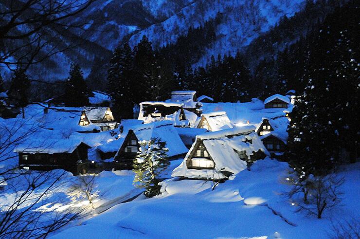 ライトアップされた雪景色の合掌造り集落