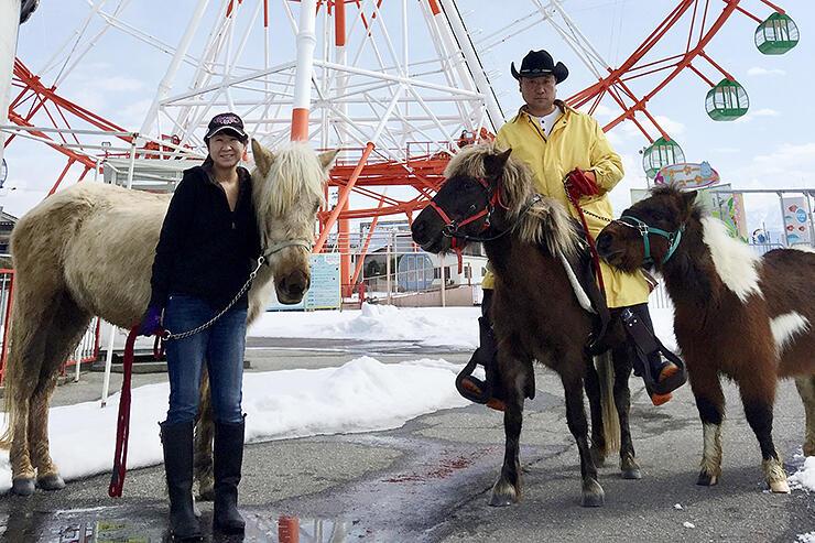 ミラージュランド内の牧場で3頭の馬を飼育する中村さん(右)と多美さん