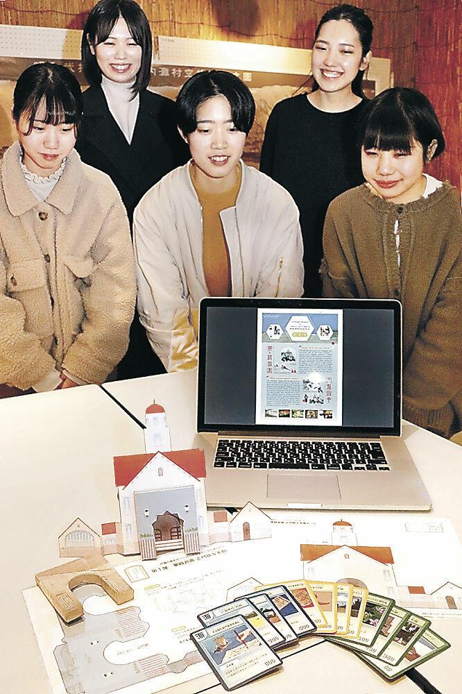 金沢学院大生が考案したペーパークラフトやカードゲーム=町歴史民俗資料館「風と砂の館」