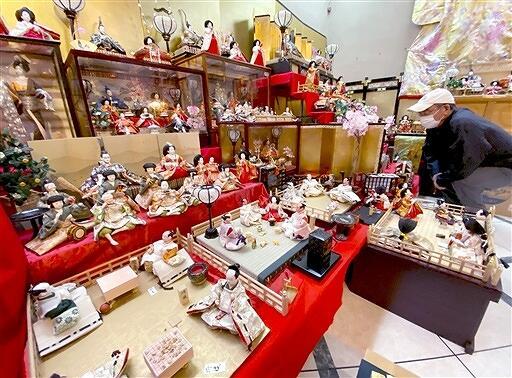 約740体のひな人形を並べた展示会=福井県あわら市大溝2丁目の「ラ・ギャルリー・ラコンテ」