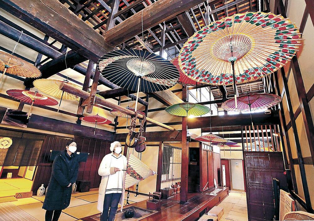 旧家の天井を彩る和傘=金沢湯涌江戸村