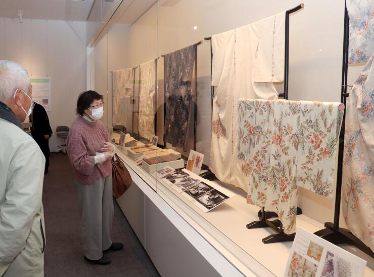 十日町織物の一時代を築いたマジョリカお召と黒絵羽織の展覧会=十日町市西本町1の市博物館