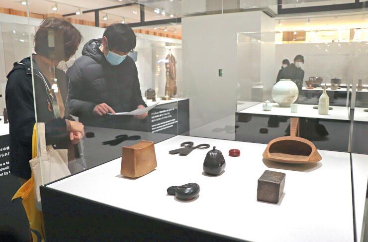 江戸時代の生活道具などが並ぶ「民藝 MINGEI 生活美のかたち展」=上越市