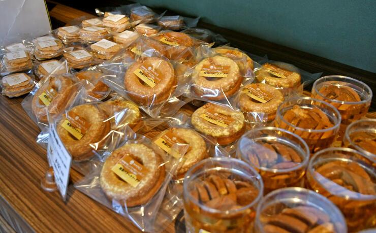 越後バナーナを使ったスイーツが並ぶ洋菓子店=柏崎市半田3の菓子工房やしろ