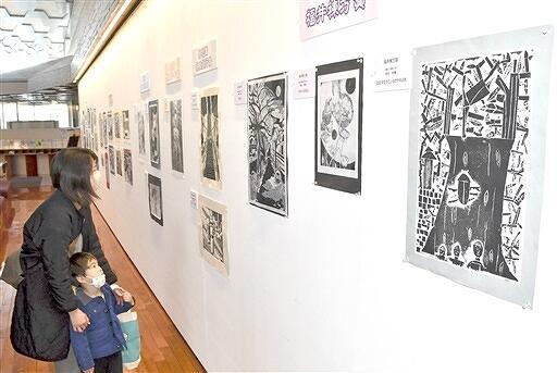 児童生徒の個性あふれる版画102点が並ぶ県版画コンクール入賞作品嶺南展=2月24日、福井県美浜町生涯学習センターなびあす