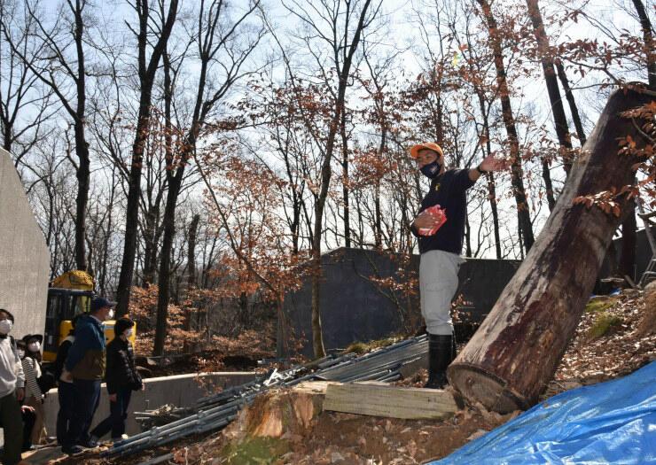 雑木林を生かした「オランウータンの森」。整備費の一部を寄付した人を対象に見学会があった=22日