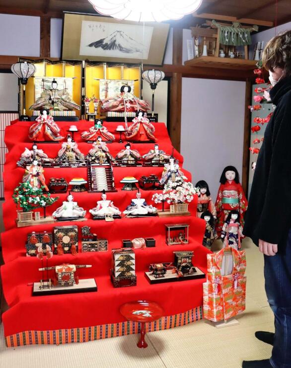 メイン会場となるアトリエ「無匠庵」に飾られたひな人形=新潟市西蒲区