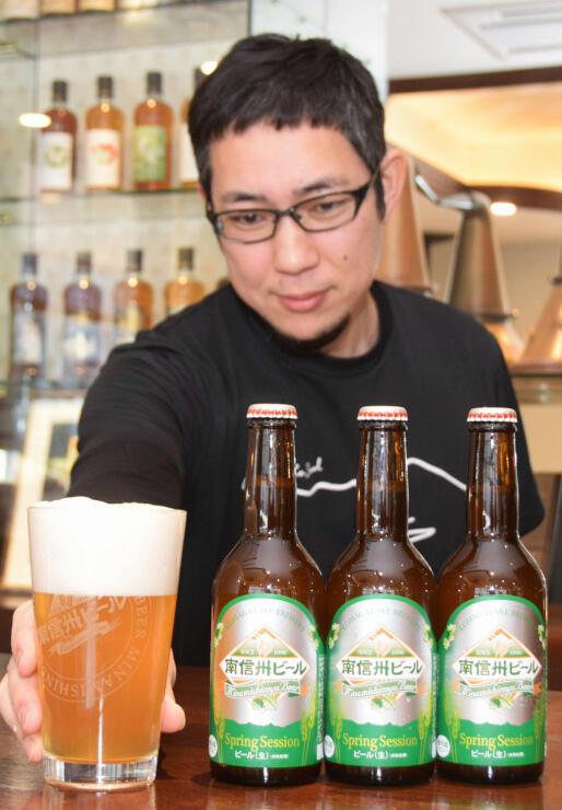 薄い濁りが特徴のビールをPRする丹羽さん