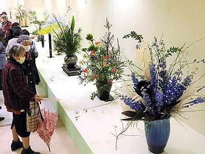 爽やかな春の雰囲気演出 北日本いけばな展開幕
