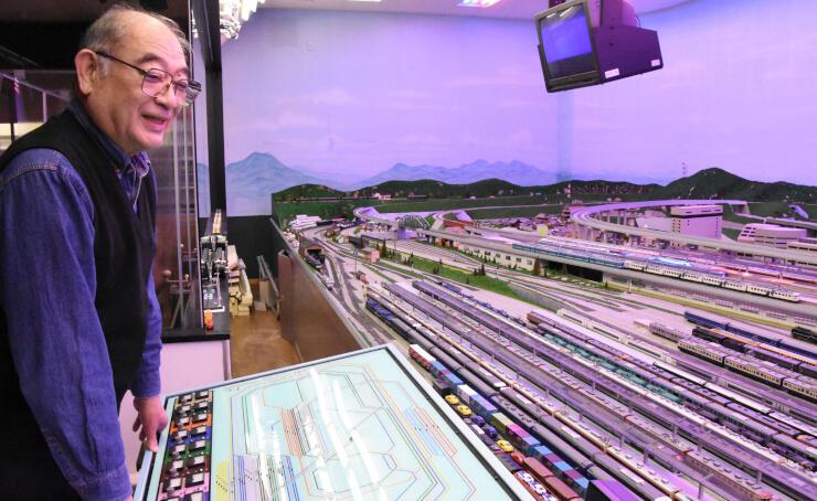20年以上手入れし続けたジオラマ上で鉄道模型を走らせる深沢さん