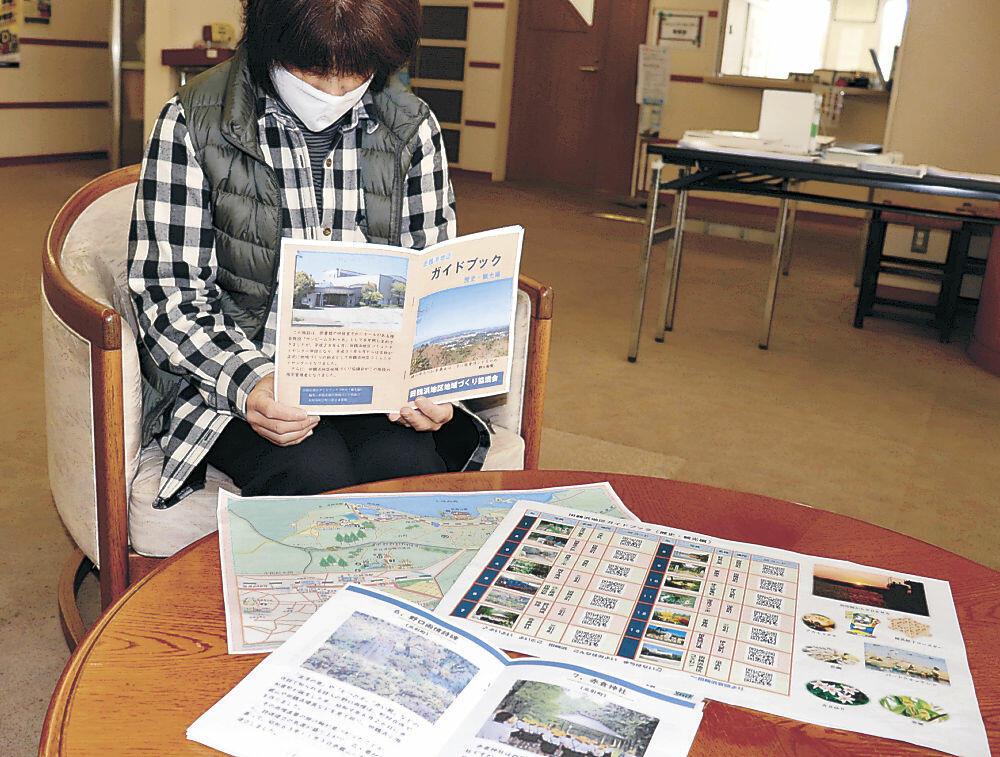 完成した観光マップとガイドブック=七尾市田鶴浜地区コミュニティセンター