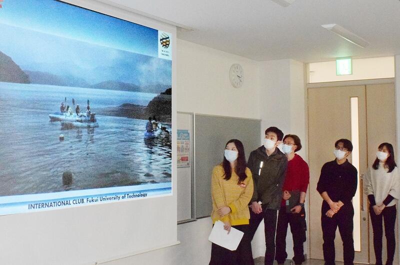 三方五湖での体験などを紹介する福井工大の留学生たち=26日、若狭町リブラ若狭