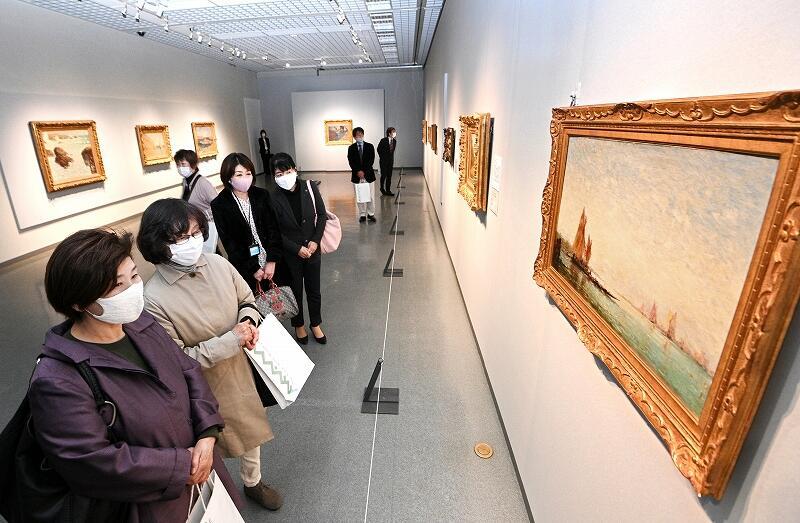印象派を代表する風景画に見入る美術ファンら=27日、福井市の県立美術館