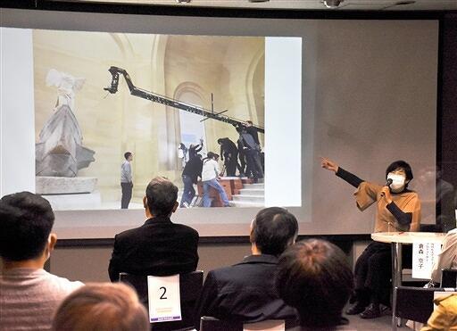 8Kで捉えた美術作品の魅力を紹介した倉森さんのトークショー=2月28日、福井県福井市の県立美術館