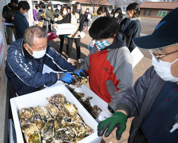 岩手県山田町産の殻付きカキを販売した「頒布会」=28日、山形村