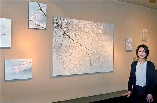 草花の強さとはかなさを表現した油彩画が並ぶ筧いづみさんの個展=3月1日、福井県福井市松本1丁目のギャラリーサライ