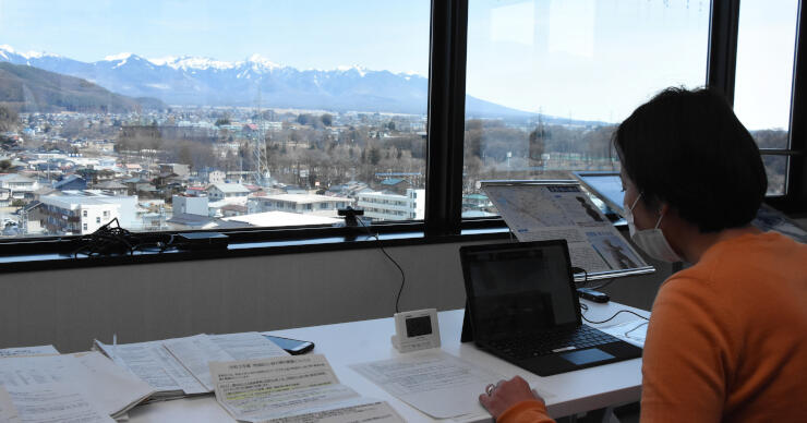 八ケ岳連峰が見える茅野市役所から中継したオンラインセミナー