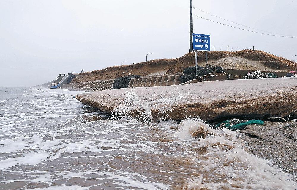 浸食が進む千里浜なぎさドライブウェイの柳瀬口=2日午後1時、宝達志水町柳瀬