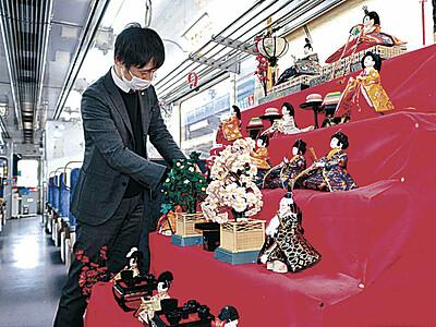 のと鉄道 普通車両にひな人形を飾る
