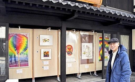 「おさんぽアートミュージアム大野」が展示した靉嘔さんらの作品=福井県大野市元町