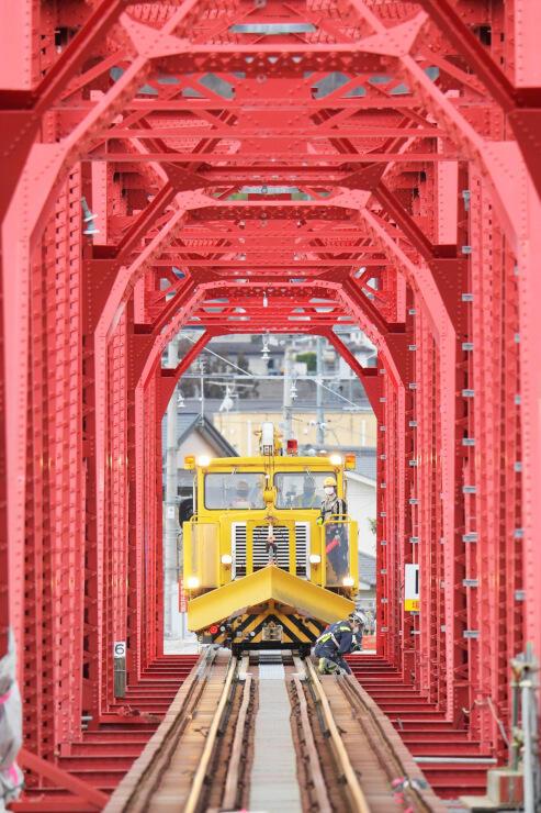 橋梁の再建部分に止まる軌道モーターカー。たわみの確認作業を行った=2日午前10時17分、上田市