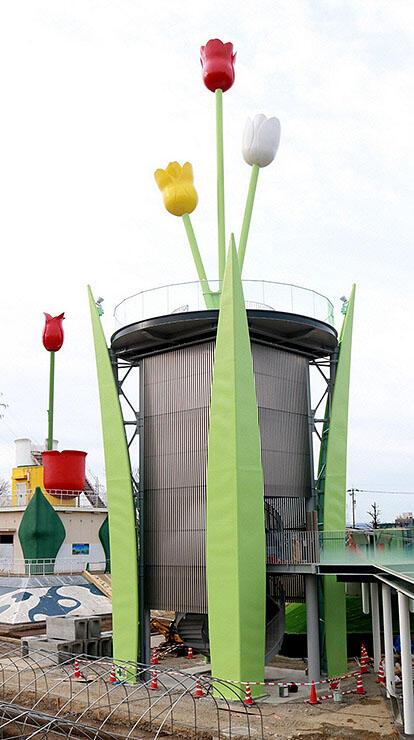 全体の姿が現れた新チューリップタワー。左奥は現タワー