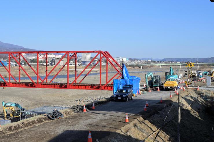 全線開通に向け工事が進む別所線千曲川橋梁とその付近=3日