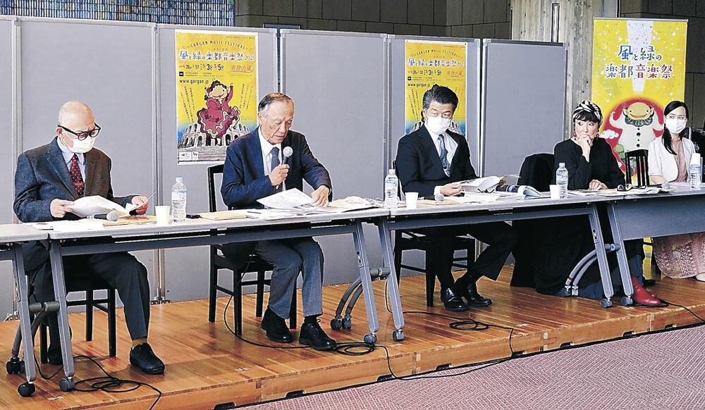 出演者の変更やプログラムを説明する実行委のメンバー=金沢市の石川県立音楽堂