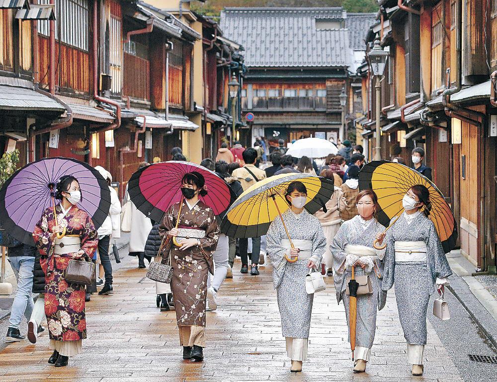 着物姿で散策する大学生=金沢市のひがし茶屋街