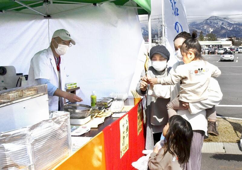 アユの塩焼きなどを販売しているマルシェ=3月6日、勝山市の道の駅「恐竜渓谷かつやま」