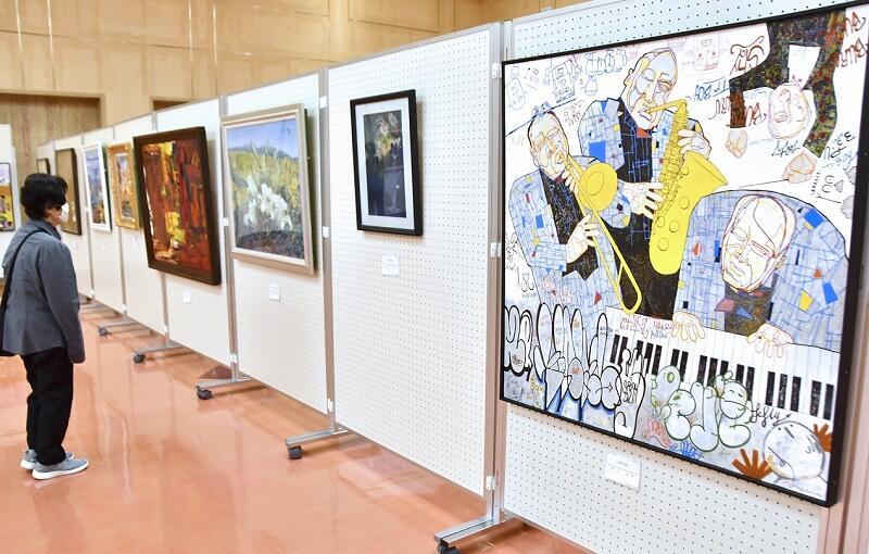 力作375点を並べ開幕した鯖江市美術展=3月6日、鯖江市嚮陽会館
