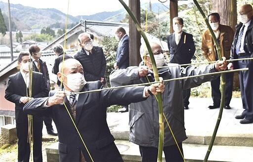 青竹の弓矢で的を狙う区民=3月7日、福井県敦賀市高野の白山神社
