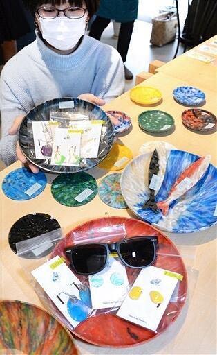 〝海ごみ〟で作ったサングラスやアクセサリー、皿=3月7日、福井県小浜市まちの駅の「TEtoKI」