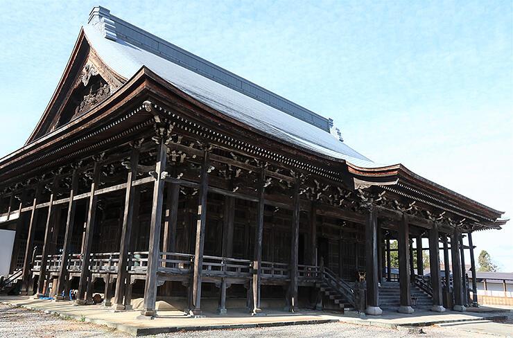 「平成の大修理」の完工を記念して多彩なイベントが行われる勝興寺の本堂