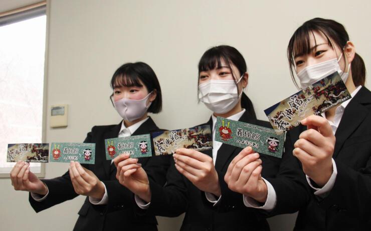 出来上がった入場券を示す長野県立大生
