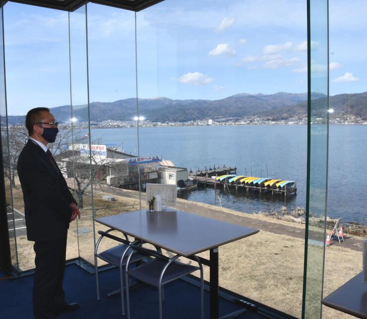 諏訪湖を望むガラス張りのリモートワーク用スペース