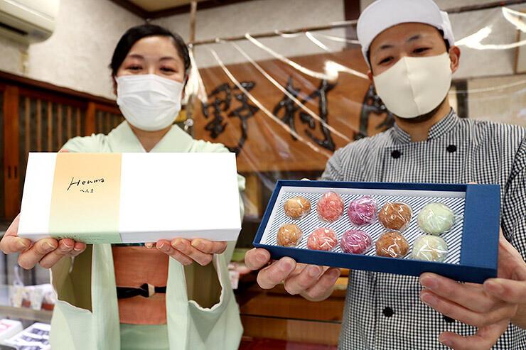 新商品のスノーボールクッキーを披露する野村店主(右)と明石社長