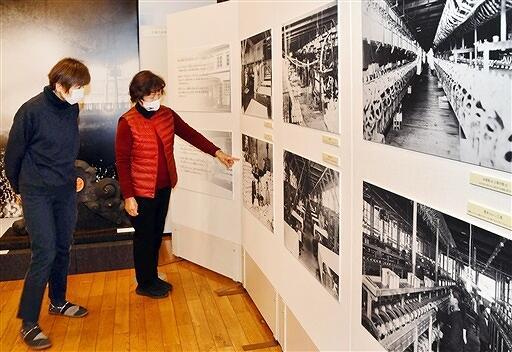 勝山市内の織物工場などの写真が並ぶ資料展=福井県勝山市のゆめおーれ勝山