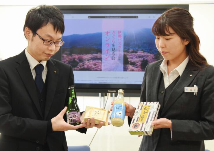 ツアー参加者に贈る甘酒や菓子をPRする(左から)紺野さんと徳武さん