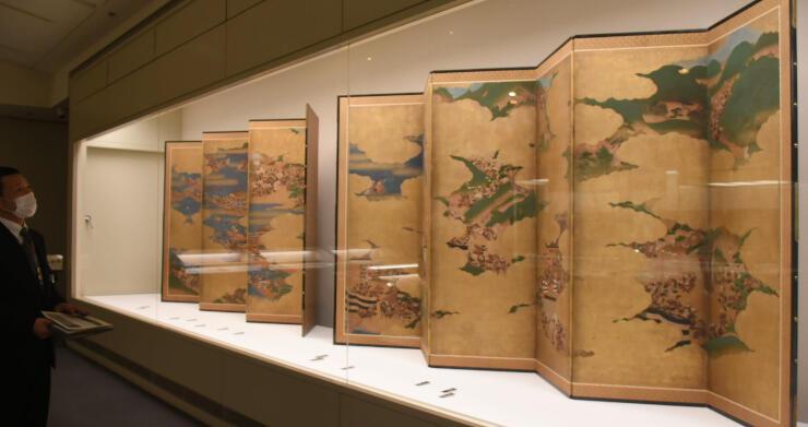 県立歴史館の所蔵品展「至宝の名品」で展示されている「平家物語図屏風」