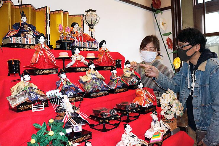 世相を表し、人形にマスクを付けて展示している=高岡市小馬出町