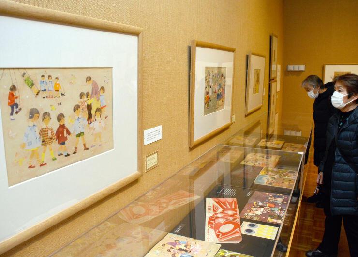 いわさきちひろが遊ぶ子どもたちを描いた作品が並ぶ企画展