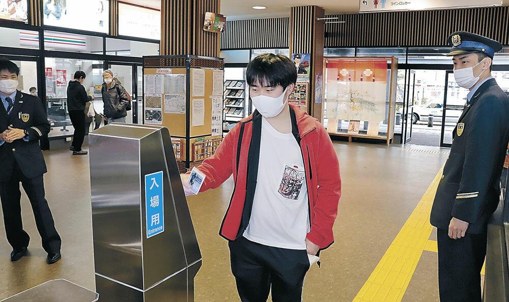 駅構内のIC改札機にカードを当てる利用者=JR七尾駅