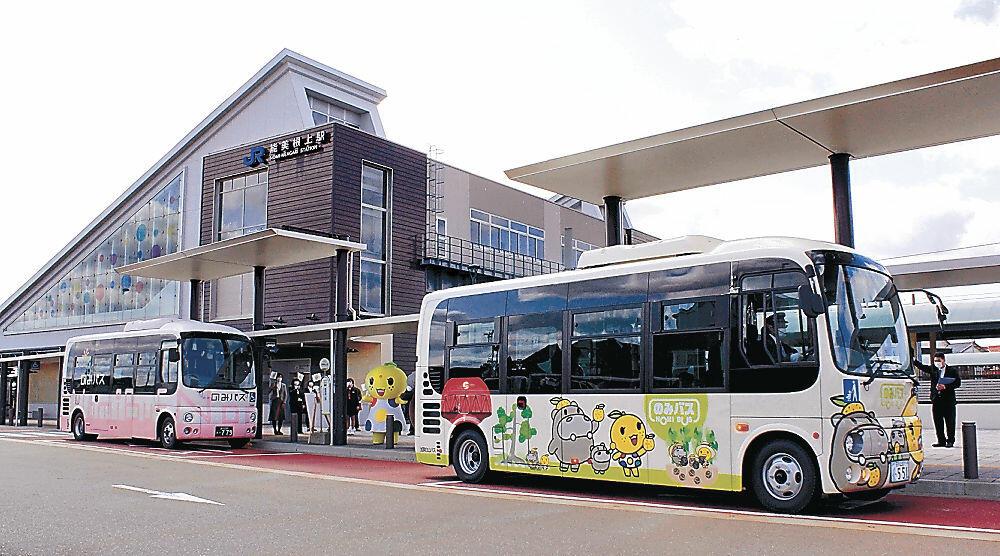 九谷五彩がデザインされたJR能美根上駅を出発する「のみバス」の新車両=JR能美根上駅