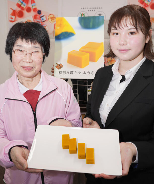 ようかんを紹介する大須賀さん(右)と三沢さん