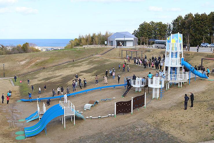 シンボルタワーやローラー滑り台を備えた大型複合遊具が整備された朝日山公園「見晴らしの丘」。富山湾を見下ろす高台にある