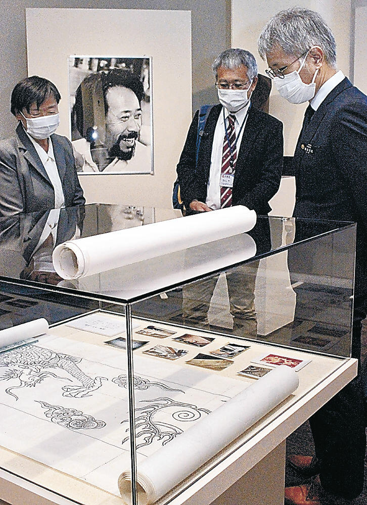 資料を前に今さんの思い出を語る良子さん(左)と沖縄県の担当者。中央は今さんの生前の写真=金沢市の石川県立歴史博物館
